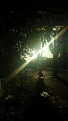 Den Haag. Wqchtend op de bus in een lekker oktober zonnetje.
