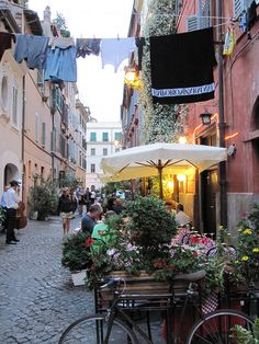Love this typical scene with the laundry in Trastevere, Roma.