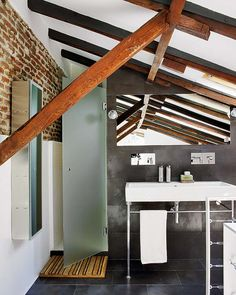 A former printing loft transformed into a loft. bathroom with sloped wood beam ceiling, slate wall tile. Contemporary Interior Design, Modern Design, Nordic Design, Feng Shui, Slate Wall Tiles, Transformers, Attic Apartment, Madrid Apartment, Building For Kids