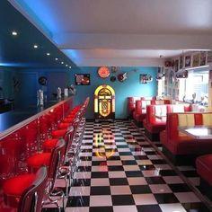 Diner -American Diner - Diner Deluxe Diner kitchen theme😍🖤♥️ Vintage is always trendy. Bar Retro, Retro Cafe, Retro Lounge, Walpapper Vintage, Vintage Diner, 1950s Diner, Retro Diner, 50s Diner Kitchen, Diner Aesthetic