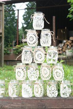 64 DIY Easy and Unique Mason Jar Decorations Glasses Mason jars; mason jar crafts for kids; home decoration; Mason jars for wedding. Pot Mason Diy, Lace Mason Jars, Rustic Mason Jars, Painted Mason Jars, Mason Jar Crafts, Mason Jar Painting, Diy Simple, Easy Diy, Doilies Crafts