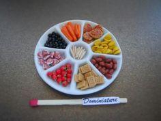 Plateau apéritif fimo miniature / saucisson / légume / chips et biscuits / olive / cure dent / pastel sec / vaisselle miniature