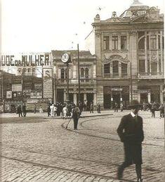 """1912 - LARGO DA SÉ, com os tapumes da demolição da Igreja de São Pedro de Pedra, tendo à direita o """"Palacete Germânia""""."""