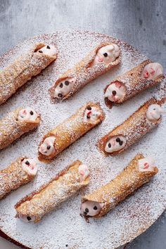 Take the traditional Sicilian cannoli, a pastry with a crispy outer shell and dreamy cream filling, and give it holiday flair with chopped peppermint Italian Desserts, Just Desserts, Dessert Recipes, Italian Cookies, Sweet Desserts, Mint Chocolate, Chocolate Recipes, Holiday Treats, Holiday Recipes