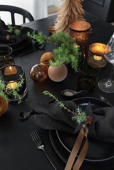 Dark Christmas, Minimalist Christmas, Cool Christmas Trees, Modern Christmas, Christmas Time, Merry Christmas, Christmas Dining Table, Christmas Dishes, Christmas Table Settings