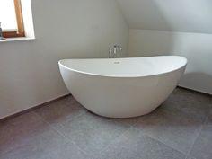 Freistehende Badewanne Novara In dieser schlichten Einrichtung steht die freistehende Badewanne Novara mit ihrem schönen ovalen Design ganz im Mittelpunkt. Unter der Dachschräge entfaltet sich ein besonderes Flair von Geborgenheit. Link zur freistehenden Badewanne Novara #baedermax