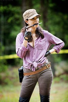 The Walking Dead Season 5 Behind-the-Scenes Photos - Christian Serratos (Rosita Espinosa) in Episode 5 - Looks like she got over her fear of knives Rosita The Walking Dead, Walking Dead Girl, Walking Dead Zombies, Walking Dead Tv Series, Walking Dead Season, Fear The Walking Dead, Carl Grimes, Andrew Lincoln, Christian Serrato
