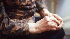 Omaishoitajien viikko pysäyttää tärkeän asian äärelle. Vuonna 2011 Suomessa omaishoitajan palkkiota sai lähes 40 000. Omaishoitajia on kuitenkin paljon enemmän, koska kaikki eivät palkkiota saa vaikka hoitotyö olisikin kokoaikaista. Toimittaja Minna Aula pohtii kolumnissaan, kuka häntä hoitaisi tai olisiko hän valmis omaishoitajaksi?