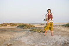 Sommermode 2013 - Hübsche, feminine, klassisch geschnittene Weste aus Leinen-/Baumwollköpergewebe. Mit kürzergeschnittenem Rückenteil, einer Tasche vorn und matten Knöpfen.