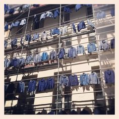 Performance Street Art - Rows of Blue Shirts take over building in Le Marais, Paris.  (How To Be Fabulous http://stephanieswinton.blogspot.fr/2012/07/case-of-blue-shirts-performance-art.html )
