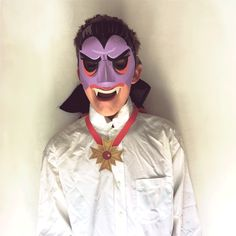 Vampire Mask: DIY Halloween costumes and craft activity • Happythought Funny Cat Fails, Funny Cat Memes, Funny Cat Videos, Funny Cat Pictures, Funny Cats, Frankenstein, Vampire Mask, Kitten Cartoon, Owl