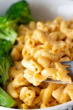 Simple, rich, and creamy healthy homemade mac and cheese that's just as flavorful as the one from your childhood, but just a bit better for you! Home Made Mac And Cheese Recipe, Homemade Mac And Cheese Recipe Easy, Healthy Mac N Cheese Recipe, Quinoa Mac And Cheese, Spinach Mac And Cheese, Healthy Dinner Recipes, Real Food Recipes, Macaroni And Cheese, My Recipes