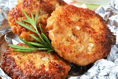 Kotlet z kalafiora to ciekawa alternatywa dla tradycyjnego polskiego obiadu. Kalafior jest nie tylko zdrowy, ale też wspiera proces odchudzania. Szukasz pomysłu na lekki obiad? Sprawdź, co można wyczarować z kalafiora. Chickpea Recipes, Veggie Recipes, Vegetarian Recipes, Cooking Recipes, Healthy Recipes, Vegan Meals, Potato Fritters, Cauliflower Fritters, Cauliflower Potatoes