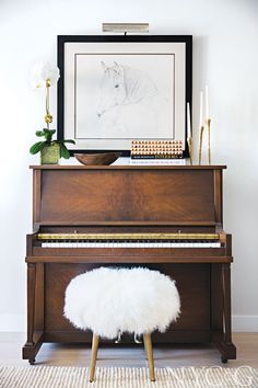 Design Trend: The Modern Vintage MixBECKI OWENS teach yourself piano. Piano tips learning. Vintage Modern, Diy Vintage, Vintage Home Decor, Wedding Vintage, Modern Bench, Modern Decor, Piano Vertical, Home Studio Music, Amber Interiors