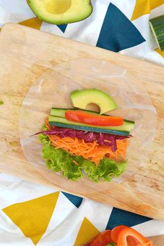 If like me, you're tired of the eternal sandwich that comes out at every picnic, you'll love my fresh and easy-to-prepare alternative: vegetable spring rolls! (vegan, gluten free) www. - tinkysweet - Pctr UP Raw Food Recipes, Veggie Recipes, Asian Recipes, Cooking Recipes, Healthy Recipes, Ethnic Recipes, Healthy Rolls, Healthy Sweets, Vegetable Spring Rolls
