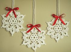 Crochet snowflakes - set of 6 snowflakes - handmade of white cotton blend yarn with red satin ribbon bows. Each snowflake has been stiffened using natural cornstarch to hold the shape. Snowflakes are decorated with red satin bows.  You have many ways to use these snowflakes - as gifts or put on a greeting card, they can be hung in your Christmas tree or used as home decorations. The snowflakes also can be used in winter weddings or christening as decors, white appliques.  Approximate size…