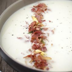 Asparagus soup with pancetta and rosemary, I often ate asparagus soup. But this asparagus soup with crispy pancetta and rosemary is definitely my favorite! Chowder Recipes, Soup Recipes, Healthy Recipes, Feel Good Food, I Love Food, Nasi Goreng, Healthy Diners, Asparagus Soup, Happy Foods