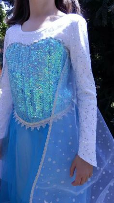 I love this Elsa's dress Frozen. I want to try and copy it. Princess Elsa Dress, Frozen Elsa Dress, Frozen Bows, Little Girl Costumes, Frozen Costume, Halloween Costumes, Halloween 2014, Princess Costumes, Diy For Girls