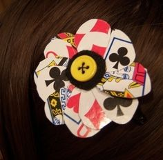 A hairclip fit for the queen of hearts. Free tutorial with pictures on how to make a playing card hair clip in under 20 minutes by jewelrymaking with scissors, thread, and buttons. Inspired by alice in wonderland and toys. How To posted by Sarie. Casino Night Party, Casino Theme Parties, Party Themes, Party Ideas, Dinner Recipes For Kids, Kids Meals, Mardi Gras, Bond, Casino Costumes
