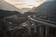 Il cantiere-fortilizio e l'A32 Torino - Bardonecchia, nella val Clarea, il 26 gennaio 2016. - Michele Lapini