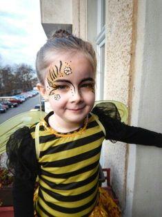 Bee costume make-up Kost m Biene Hummel bumble be Bumblebee Halloween Costume, Halloween Costumes For Kids, Halloween Makeup, Kids Bumble Bee Costume, Bumble Bee Face Paint, Bumblebee Makeup, Beekeeper Costume, Face Paint Makeup, Kids Makeup