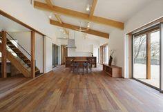 梁の見える勾配天井のLDK (間仕切りopen)(ひかりさすほうへ) - リビングダイニング事例|SUVACO(スバコ) House Design, Japanese House, House, Living Room, Home, Interior, Home Decor, Room, House On A Hill
