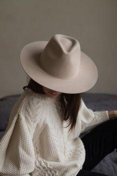 Sabellar.com / Light beige hat with rigid brim