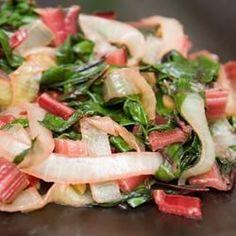 Les oignons caramélisés apportent une touche de douceur aux bettes rouges, tandis que les câpres et les olives donnent une note salée.