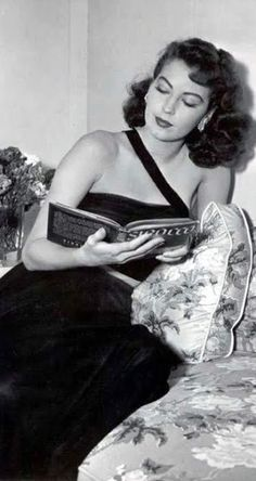Ava Gardner reading on the set of The Bribe Federal agent Rigby (Robert Taylor) travels to Los Trancos on the island of Carlota (somewhere off the coast of Central America) to break up a. People Reading, Woman Reading, Groucho Marx, Ava Gardner Photos, Ava Gardener, Eva Marie Saint, Celebrities Reading, Little Free Libraries, Free Library