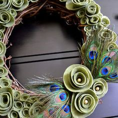 LOVE this! A peacock wreath made with felt! This is soooo out of my crafting abilities though = (