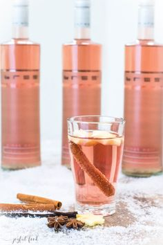 Rosé mulled wine fine and noble with Bree wine Joyful food Rosé Glühwein fein und edel mit Bree Wein Mulled Wine Cocktails, Cocktails Vin, Cocktail Drinks, Cocktail Shaker, Non Alcoholic Drinks, Bar Drinks, Winter Drinks, Vegetable Drinks, Food And Drink