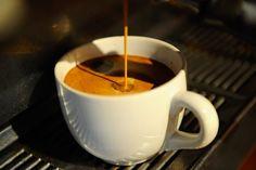 Es darf ruhig ein bisschen mehr sein: Ein gesunder Körper verträgt das Koffein aus vier bis fünf Tassen Espresso am Tag. Und wird durch das Trinken vielleicht sogar noch ein bisschen gesünder.