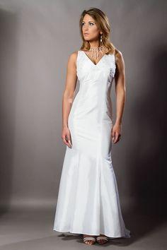 -Robe de mariée en taffetas blanc et empiècement poitrine en broderie perlée -Photographe: Pierre Panitar