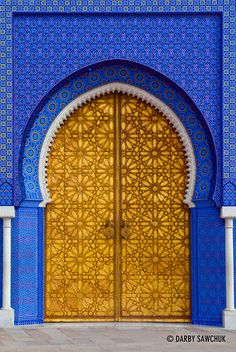 One of the doors to the Royal Palace in Fes, Morocco. - One of the doors to the Royal Palace in Fes, Morocco. Cultural Architecture, Islamic Architecture, Beautiful Architecture, Art And Architecture, Morrocan Architecture, Cool Doors, Unique Doors, Portal, Entrance Doors