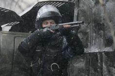 """""""Наша милилиция нас оберегает""""  Ведут обстрел по митингующим. И да, по словам Азарова, у Беркута нет оружия и они ни по ком не стреляют.  https://www.facebook.com/hubs.ukraine"""