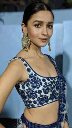 Manish Malhotra dresses Alia Bhatt like a star! Bollywood Girls, Bollywood Actress Hot, Indian Bollywood, Bollywood Fashion, Bollywood Style, Indian Look, Indian Wear, Indian Attire, Indian Ethnic