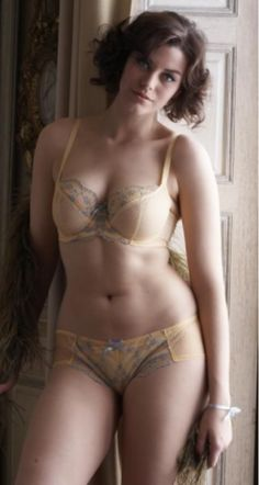 hourglassandclass:  Laura Catterall has a beautiful and healthy body! Love her :) For more like this, and body acceptance, check out our blog