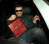 14.JUNE.2007. LONDON A DRUNK GEORGE MICHAEL AND EVEN MORE DRUNK RICKY GERVAIS WHO WAS WITH HIS WIFE JANE LEAVING - Stock Photo