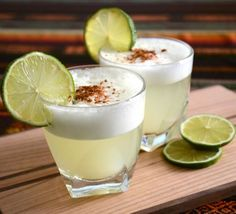 A Pisco Sour is a cocktail typical of peruvian cuisine. The drink's name comes from Pisco (base liquor), and the cocktail term sour (sour citrus juice). Peruvian Drinks, Peruvian Dishes, Peruvian Cuisine, Peruvian Recipes, Peruvian Pisco, Recette Pisco Sour, Whisky Sour, Chilean Recipes, Cocktail