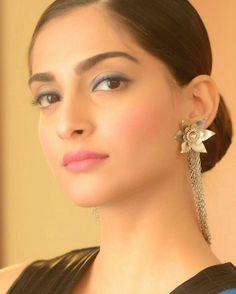 The Face !! Looking all Pretty in blue  #sonamkapoor Makeup by  @namratasoni  #icannesbylorealparis #lorealmakeup #makeupandhair #worthit #makeupbynamratasoni #hairbynamratasoni  @BOLLYWOODREPORT !! . For more follow #BollywoodScope and visit http://bit.ly/1pb34Kz