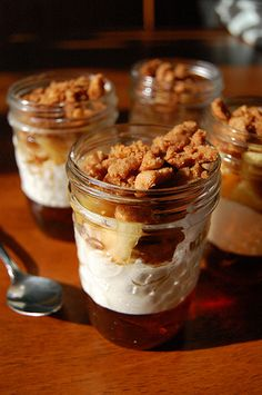 Apple and Maple Verrine in Mason Jars Mason Jar Desserts, Mason Jar Meals, Meals In A Jar, Mini Desserts, Just Desserts, Mason Jars, Dessert Recipes, Jar Recipes, Party Desserts