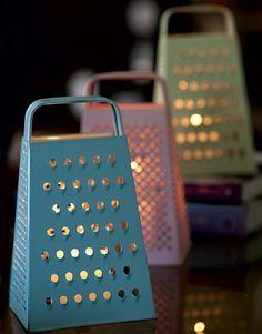 Troque o queijo e a cebola por pequenas velas e dê um novo uso para os raladores. Os furos e furinhos desses utensílios de cozinha são perfeitos para criar um efeito aconchegante na iluminação (Foto: Iara Venanzi/Casa e Comida)