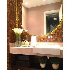 Lavabo com espelho redondo e pastilha de madeira por Mariane e Marilda Baptista #powderroom #bathroom #homedecor #interiordesign #decoração #lavatory #lavabomoderno