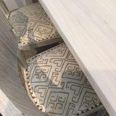 Juego de comedor Mesa de 1.40x78 Sillas Artdeco patinadas en color hueso.