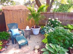 Hack a garden border with just about anything! Tiki hut ideas for a summer patio