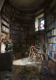 The alcove off the Writing Room in the Tower at Sissinghurst Castle, Kent where the main body of Vita Sackville-West's personal library of books are stored. Sissinghurst was the home of Vita Sackville-West and her husband Sir Harold Nicolson, near Cranbro Beautiful Library, Dream Library, Deco Harry Potter, Home Library Design, Home Library Decor, Library Ladder, Library Art, Library Shelves, Vintage Library