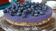 raw blueberry cake Foto: Fra tv-serien Hygge i Strömsö / YLE Healthy Cake, Healthy Desserts, Raw Food Recipes, Cake Recipes, Gluten Free Cakes, Gluten Free Baking, Raw Food Diet Plan, Mousse Au Chocolat Torte, Norwegian Food