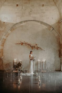 A modern and flowery wedding at the Abbey of Saint Eusebe the barefoot wedding Wedding Ceremony Backdrop, Ceremony Decorations, Wedding Centerpieces, Wedding Backdrops, Beauty And More, Budget Wedding Flowers, Minimalist Wedding Decor, Barefoot Wedding, Industrial Wedding