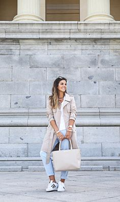 trendy-taste-look-outfit-street-style-ootd-blog-blogger-fashion-spain-moda-españa-folli-follie-shooting-trench-gabardina-adidas-superstar-camiseta-basica-basic-tee-4