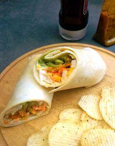 Wrap de frango com cenoura, alface, milho e molho de mostarda